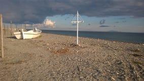 Un barco en la playa Imágenes de archivo libres de regalías