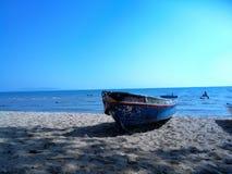 Un barco en la playa Imagen de archivo libre de regalías