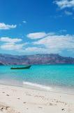 Un barco en la playa de Shauab, montañas, arenas, Western Cape, Socotra, Yemen Imagen de archivo libre de regalías