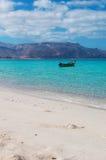 Un barco en la playa de Shauab, montañas, arenas, Western Cape, Socotra, Yemen Fotografía de archivo libre de regalías