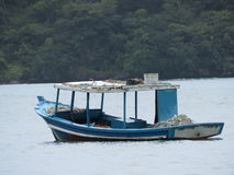 Un barco en la playa - Paraty Imagen de archivo libre de regalías