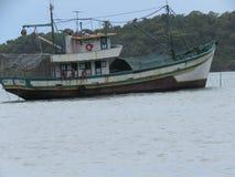 Un barco en la playa - Paraty Fotos de archivo