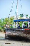Un barco en la playa foto de archivo
