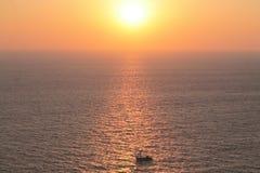 Un barco en la puesta del sol, isla en el mediterráneo Fotos de archivo libres de regalías