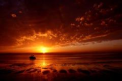 Un barco en la salida del sol Imagen de archivo libre de regalías