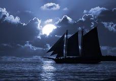 Un barco en los mares iluminados por la luna Foto de archivo