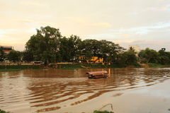 Un barco en Ping River, Chiang Mai fotografía de archivo