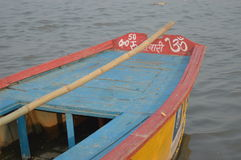 Un barco en un río Imagen de archivo libre de regalías