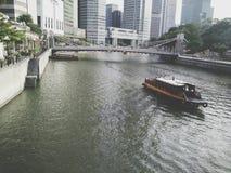 Un barco en un río Fotos de archivo