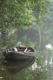 Un barco está flotando en el agua Fotografía de archivo