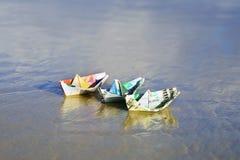 Un barco hecho de los billetes imagen de archivo libre de regalías