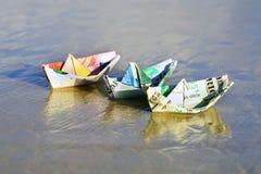 Un barco hecho de los billetes fotografía de archivo libre de regalías