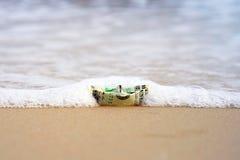 Un barco hecho de los billetes imagen de archivo