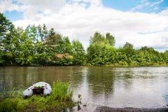 Un barco inflable gris en la orilla del río en primavera y verano Fotos de archivo libres de regalías
