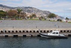 Un barco que pertenece a la autoridad marítima de Portugal amarrada en el puerto de Funchal al lado del parque público fotografía de archivo