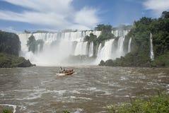 Barco cerca de las caídas de Iguassu Imágenes de archivo libres de regalías