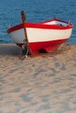 Un barco solitario en puesta del sol Fotos de archivo