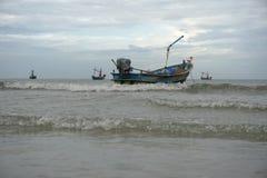 Un barco vacío de los pescados que flota en el océano imagen de archivo