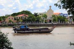 Un barco viaja abajo del río Mekong en Ben Tre, Vietnam Foto de archivo libre de regalías