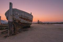 Un barco viejo cerca del molino Foto de archivo libre de regalías