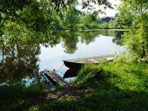 Un barco viejo en el río Fotos de archivo