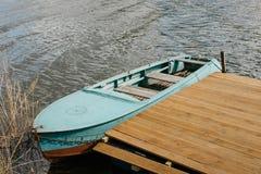 Un barco y un embarcadero foto de archivo