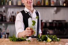 Un barista con un mojito fresco fotografie stock