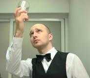 Un barkeeper highprofile Imagenes de archivo