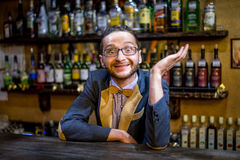 Un barman gai à la barre Images stock