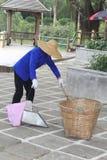 Un barrendero de calle está limpiando las calles, China Imagen de archivo libre de regalías