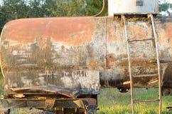 Un barril sucio viejo en las ruedas en el borde del camino Foto de archivo libre de regalías