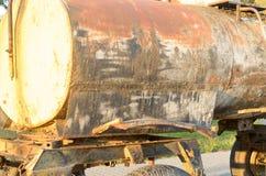 Un barril sucio viejo en las ruedas en el borde del camino Imagenes de archivo