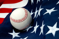 Un base-ball sur l'indicateur américain photo libre de droits