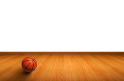 Un basket-ball sur l'étage en bois Photos libres de droits