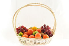 Un basketful de divers fruits Photo stock
