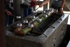 Un bassin employé dans un rituel pour épurer un pèlerin Dans le Japonais, il ` s photographie stock libre de droits