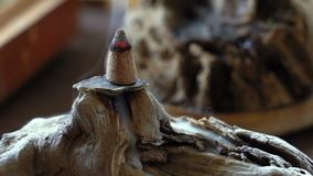 Un bastone delle ustioni di incenso del cinese tradizionale su un bello supporto fatto dei materiali naturali stock footage