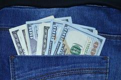 un bastone di 100 banconote in dollari dalla vostra tasca dei jeans Fotografia Stock