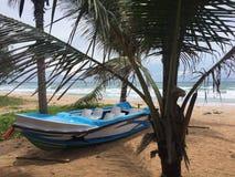 Un bateau à la plage images stock