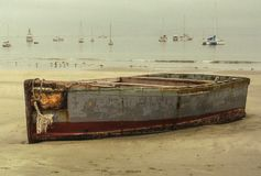 Un bateau à rames abandonné sur la plage Photographie stock