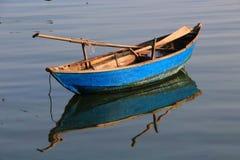 Un bateau à rames en bois image libre de droits