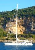 Un bateau à voile photo libre de droits