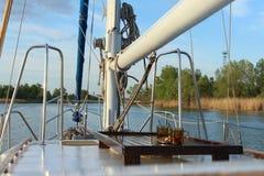 Un bateau à voile va le long de la rivière Images stock