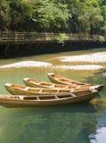 Un bateau a amarré à côté de la rivière photos stock