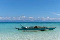 Un bateau attend les touristes pour louer Image libre de droits