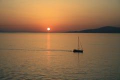 Un bateau au coucher du soleil Images libres de droits