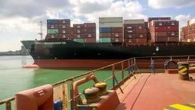Un bateau avec des récipients de cargaison à bord Vue du cargo de la plate-forme du site d'amarrage Images stock
