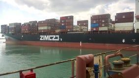 Un bateau avec des récipients de cargaison à bord Vue du cargo de la plate-forme du site d'amarrage Photographie stock libre de droits