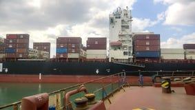 Un bateau avec des récipients de cargaison à bord Vue du cargo de la plate-forme du site d'amarrage Image stock