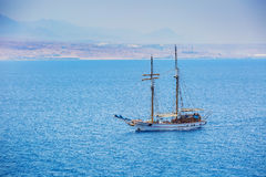 Un bateau avec un mât sur le fond de mer Photographie stock libre de droits